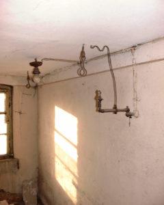 In einem Raum neben der damaligen Bühne: Hinten eine frühe elektrische Lampe, im Vordergrund eine gasbetriebene Lampe